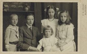 Portret van de kinderen van Karel Adriaan Maria ridder de van der Schueren (1868-1930) en Josephina Wernera Aloysia Vos de Wael (1874-?)