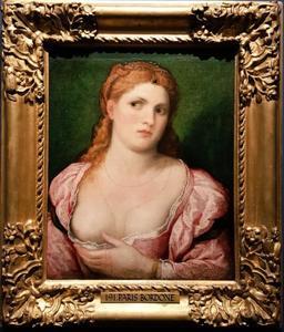 Jonge vrouw met ontblote borst