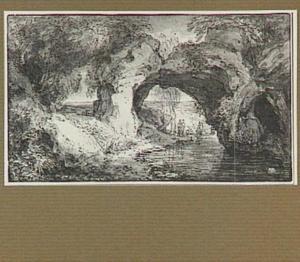 Kustlandschap met figuren onder een door rotsen gevormde doorgang