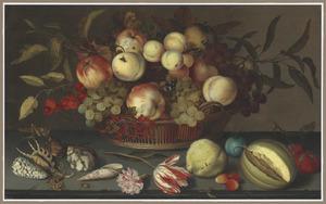 Vruchten in een rieten mand, met daarvoor schelpen, een anjer, tulp en vruchten waaronder een aangesneden meloen, op een stenen plint