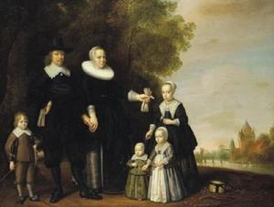 Familieportret met de Kleine Houtpoort in Haarlem in het verschiet