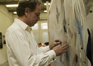 Berend Strik aan het werk in zijn atelier