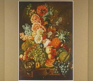 Stilleven van bloemen en vruchten met een vogelnestje op een marmeren plint