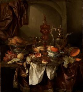 Stilleven met fruit, gebraad, zilver- en glaswerk, porselein en akeleibeker op donker kleed met wit servet