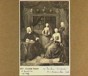 Portret van een familie in een bibliotheek