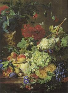 Stilleven met bloemen en vruchten op een stenen plint, op de achtergrond een terracotta vaas