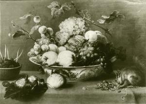 Vruchtenstilleven met een eekhoorn op een tafel