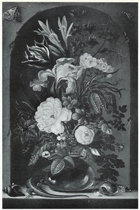 Bloemen in een glazen vaas, met schelpen, insecten en een hagedis, in een nis