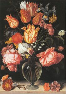 Tulpen en rozen in een glazen vaas