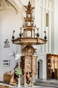 Preekstoel van de Martinikerk in Bolsward, met de vier seizoenen, twee adelaars en een engel