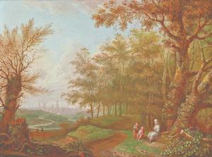 Rivierlandschap met rustende wandelaars aan een pad naast een waterval, een stad in de verte