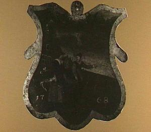 Begrafenisschild van het Appelkopersgilde: twee figuren die een mand appels dragen