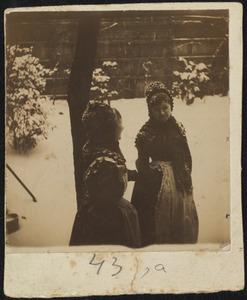Portret van twee meiden in de sneeuw