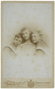 Portret van twee onbekende jongens en meisje