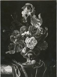Bloemen in een zilveren vaas op een deels gedekt marmeren blad