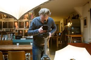 Portret van Koos Breukel werkend in zijn atelier