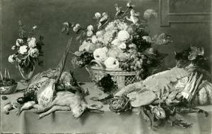 Een stillleven met jachtbuit, groente, fruit, een vaas met bloemen en een eekhoorn op een tafel