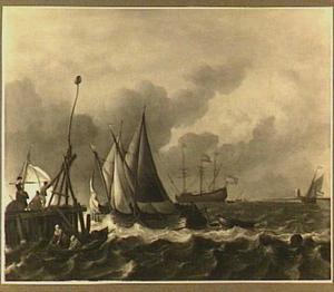 Schepen op woelig water, links een steiger waar enige mensen uitkijken over het water en rechts in de achtergrond het silhouet van een toren