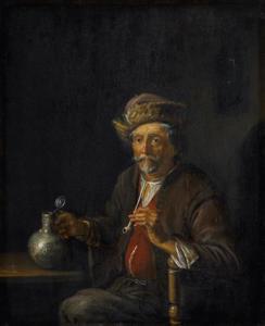 Rokende man aan een tafel met een kan in zijn hand