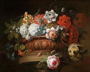 Bloemstilleven met chrysanten, sneeuwballen, narcissen, anemonen, tulpen, mos rozen en andere bloemen in een stenen pronkschaal