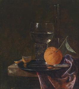 Stilleven met een roemer, een fluitglas en een sinaasappel op een tafel