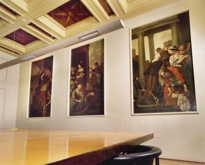 Regentenkamer met met 17de-eeuwse wand- en plafondafwerking in de vorm van drie wandschilderingen, een beschilderd cassettenplafond en een schoorsteenstuk