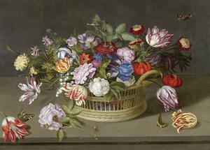 Bloemen in en voor een mand, met een hagedis, op een stenen plint
