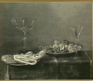 Stilleven met twee venetiaanse glazen, een schaal met brood en krakelingen en een schaal met noten en vruchten