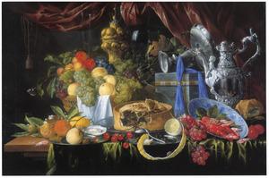 Rijk stilleven met akeleibeker en zilveren tazza en schenkkan op een tafel
