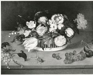 Bloemen in een mand, vruchten en een harlekijnkever, op een stenen plint