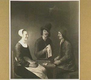 Interieur met twee mannen en een vrouw rond een tafel