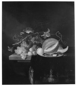 Vruchten op een houten tafel met een donker kleed