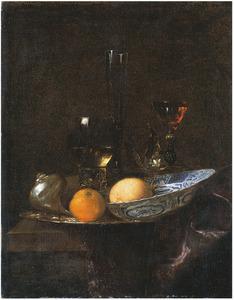 Stilleven met schelp, porseleinen schotel met vrucht en glaswerk