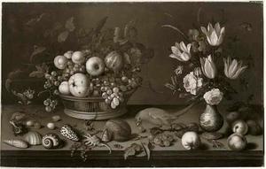 Stilleven met bloemen in vaas en vruchten in mand, schelpen, insekten en papegaai