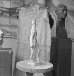 Het atelier van Antoine Bourdelle met een gips van een man ten voeten uit