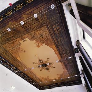 Met ornamenten en cartouches beschilderd plafond