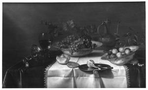 Stilleven met vruchten, brood en een zilveren tazza