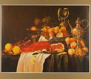 Stilleven met kreeft, vruchten en siervaatwerk