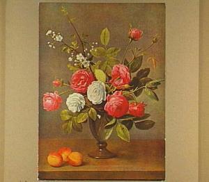 Bloemstilleven van rozen in glazen vaas, linksonder drie abrikozen