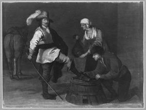 Man poetst de laars van een ruiter