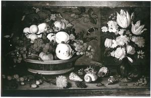 Stilleven met links een mand met vruchten en rechts een vaas met bloemen, met schelpen en vruchten