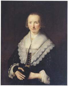 Portret van een vrouw met grote kanten schouderkraag, manchetten en goudgeborduurd keursje