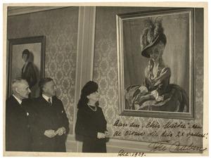 Koninklijke Schouwburg, overdracht van een schilderij van Fie Carelsen ('als Lady Sneerwell'), geschilderd door Willy Sluiter. 'Namens de gemeente aanvaardde Prof. van der Bilt het schilderij.Van links naar rechts Prof. Van der Bilt, Willy Sluiter en Fie Carelsen'