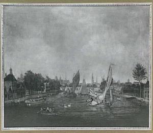 Schepen op de Amstel; op de achtergrond het silhouet van de stad Amsterdam