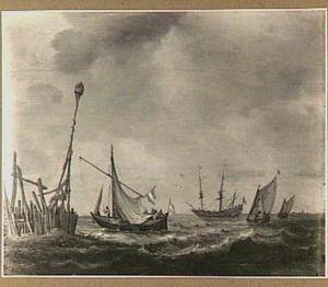 Zeilschepen voor de kust met links een aanlegsteiger
