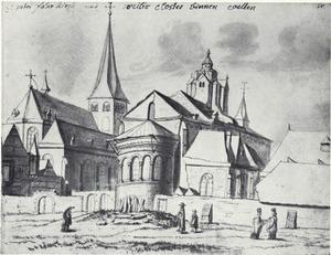 Blik op de kerk van St. Petrus en St.Cäcilien in Keulen met burgers en geestelijken wandelend op de voorgrond