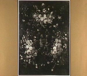 Bloemen rond een gebeeldhouwde cartouche met een afbeelding van de Heilige Familie met Johannes de Doper en St. Anna