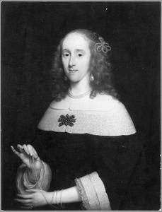 Portret van een vrouw, een parelsnoer tonend