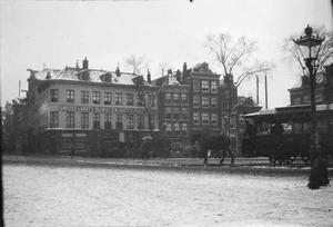 Gezicht op het Haarlemmerplein te Amsterdam bij sneeuw