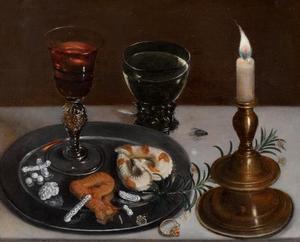 Stilleven met suikergoed, rozemarijn, wijn, juwelen en brandende kaars